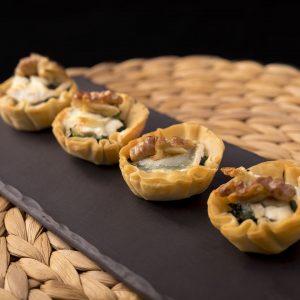 Minihojaldrines relleños de espinacas queso q cabrá gratinado y nueces